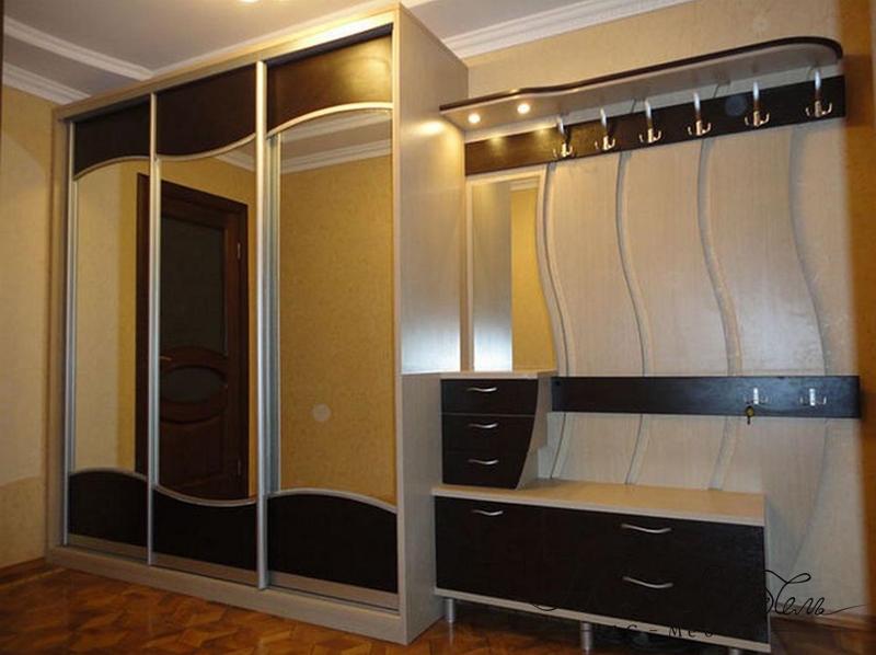 Трёхдверная прихожая с зеркальными дверями и выдвижными ящик.